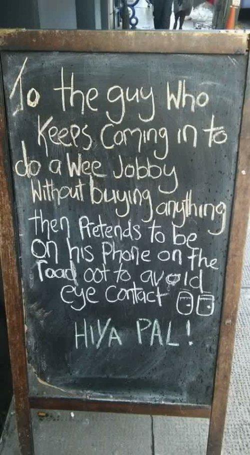 Papan pengumuman ditulis oleh staf di pub Rufus T Firefly (foto)