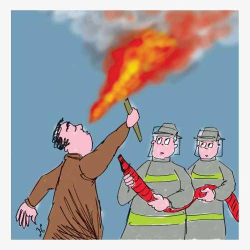 Peserta kursus menyemburkan api dalam pertunjukkan sirkus, sedang beraksi menyemburkan api dari obor. Kejadian ini dikira warga sebuah kebakaran gedung.