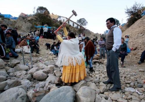 Setiap tahun, tepatnya pada minggu ketiga bulan Agustus ribuan umat Bolivian Catholic akan berkumpul di pinggir ibu kota La Paz. Mereka berkumpul untuk mencoba peruntungannya dengan memecah batu. Adapun ritual tahunan tersebut rutin dilakukan seperlu meminta doa restu dari Virgin of Urkupina.