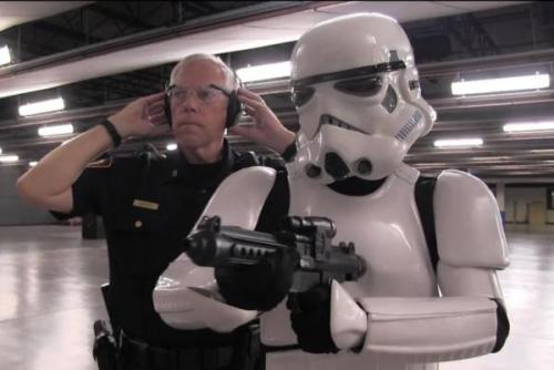Sebuah Stormtrooper mendapat pelajaran menembak dari seorang perwira polisi Fort Worth. Screenshot: Fort Worth Police Department / Facebook