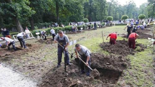 Pesertanya ada 10 tim yang masing-masing terdiri dari 2 orang, semuanya mewakili perusahaan-perusahaan pemakaman. Selain peserta dari Slovakia, ada peserta yang datang dari Polandia dan Hungaria. Kriteria pemenang berdasarkan atas kecepatan, akurasi serta kerapihan lubang kubur yang dibuat