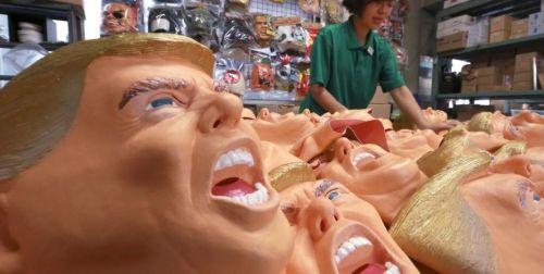 Topeng wajah Donald Trump segera dikirim ke toko begitu selesai dibuat di pabrik. Banyaknya permintaan topeng karet wajah Trump, membuat manajer pabrik, Takahiro Yagihara tersenyum lebar.