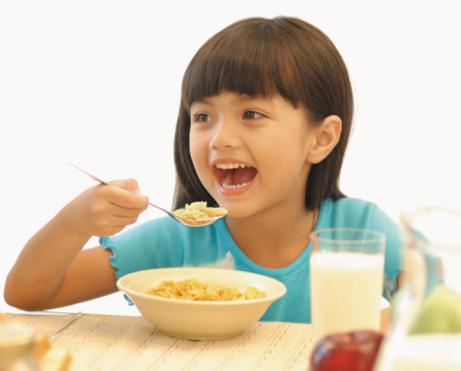 Dalam hal sarapan bagi anak yang suka makanan dan minuman manis perlu diwaspadai. Sebab, apa yang disukai Si Kecil, belum tentu baik bagi kesehatannya. Konsumsi makanan dan minuman tersebut dalam jumlah banyak dapat menimbulkan berbagai jenis masalah kesehatan, mulai dari gigi berlubang, kegemukan, hingga berbagai macam penyakit ke depannya.