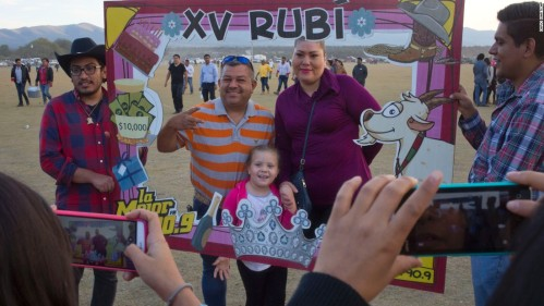 Anak dan orang tua datang ke pesta ultah Rubi.