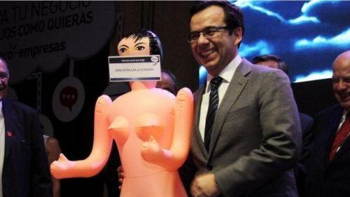 menteri ekonomi Chile Luis Cespedes memegang sebuah boneka tiup selama acara eksportir
