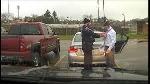 Akhirnya Pak Polisi Martin memasangkan dasi ke leher baju lengan panjang mahasiswa. Dia berpesan jangan ngebut lagi.