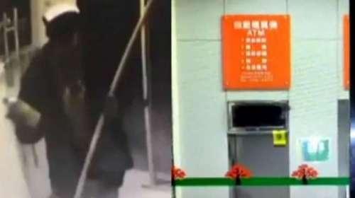 Kamera pengawas di supermarket merekam detik-detik pencuri yang mengenakan tutup kepala, mendekati mesin ATM.