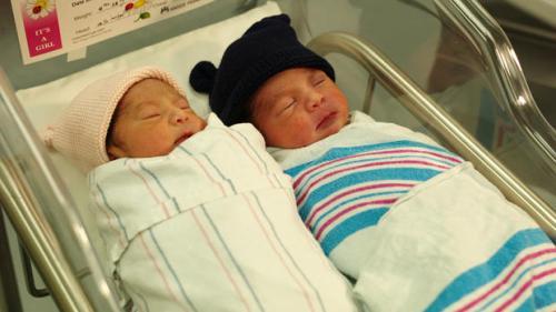 Bayi kembar lahir  di hari berbeda empat menit  jelang tutup tahun 2016. Saudara kembarnya lahir lepas tengah malam tahun 2017.