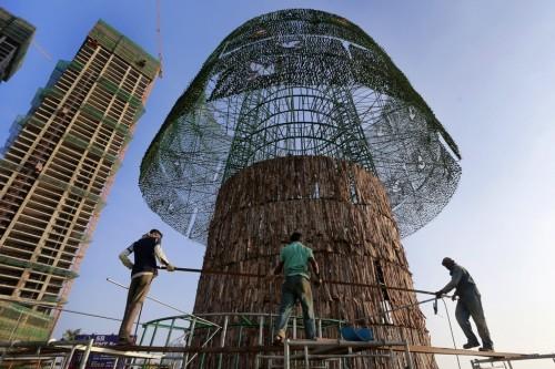 Sekalipun mendapat kecaman masyarakat Sri Lanka, pembangunan pohon natal raksasa terus berjalan. Pohon natal terbuat dari rangka besai dan kawat baja dan dibungkus dengan jejaring plastik.