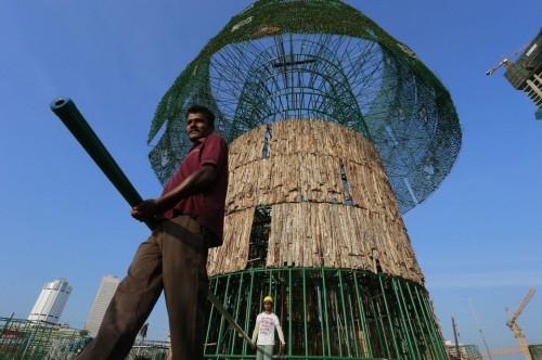 Pembuatan pohon natal raksasa ini menyerap tenaga kerja pelabuhan Sri Lanka