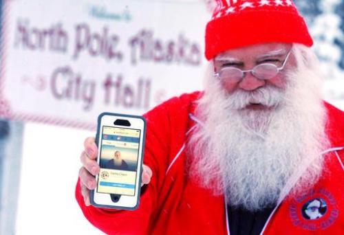 28 2016 foto, Santa Claus menampilkan halaman Facebook sekarang berfungsi di luar Balai Kota North Pole di North Pole, Alaska. akun Facebook Santa Claus 'memiliki ... (Eric Engman/Fairbanks Daily News-Miner via AP)