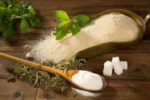 Stevia merupakan pemanis dan pengganti gula yang diekstrak dari daun tanaman Stevia rebaudiana. Di tempat asalnya, Paraguay dan Brasil, daun stevia sudah digunakan selama ratusan tahun sebagai pemanis obat-obatan dan teh. Stevia terasa manis berkat kandungan steviol glycosides yang ada di dalamnya. Senyawa tersebut membuat stevia terasa 250-300 kali lebih manis dari sukrosa atau gula biasa. Sumber : Ala Dokter.