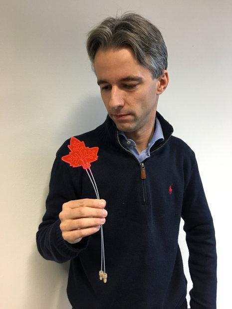 Dr Timothy Noel, dari Eindhoven University of Technology, memegang daun buatan ...