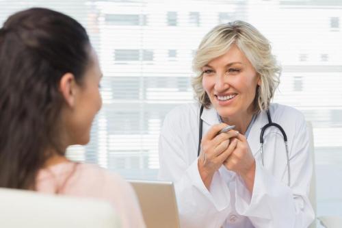 dokter wanita ramah dalam percakapan dengan pasien
