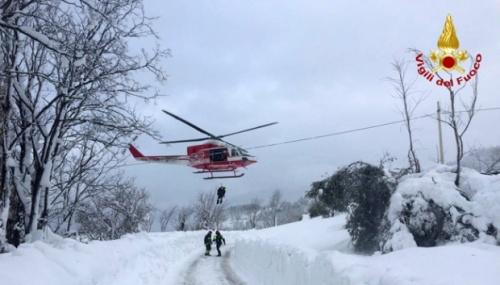 Hotel Rigopiano yang tertimbun longsoran salju usai terjadinya gempa bumi di Farindola, Italia tengah, 19 Januari 2017. Tim penyelamat harus menempuh jarak sejauh 9,6 km dengan jalan tertutup salju guna mencapai Hotel Rigopiano yang berada di desa terpencil Farindola. REUTERS