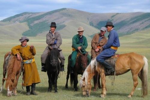 Krisis ekonomi yang melanda Mongolia ini akibat jatuhnya nilai tukar mata uang Tugrik terhadap dolar AS, perlambatan pertumbuhan di China, dan harga komoditas yang masih rendah. Rakyat Mongolia siap menyumbangkan hartanya berupa uang tunai, perhiasan, emas dan bahkan kuda, untuk membantu pemerintah membayar obligasi (surat utang) sebesar US$600 juta (Rp801 miliar) yang jatuh tempo pada Maret 2017.