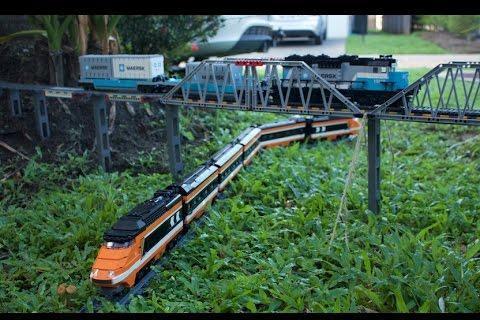 Jalur rel kereta mini melewati taman di halaman ruman pria warga Australia, sebagai pemuas hobi.